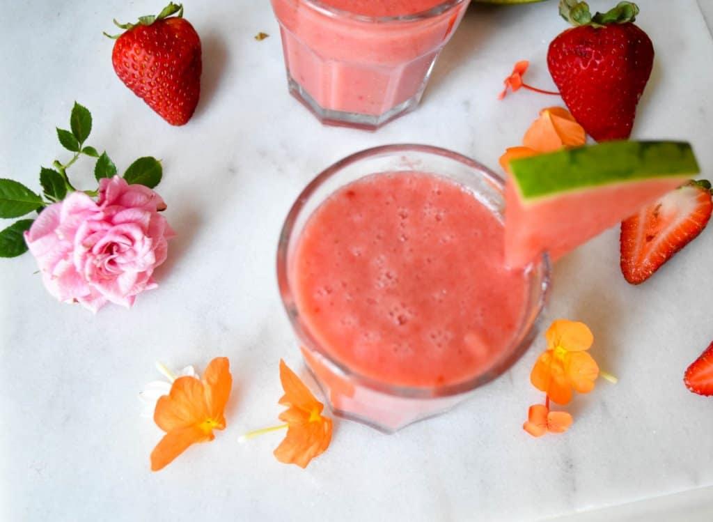 "<img src=""smoothie.jpg"" alt=""watermelon strawberry banana smoothie "">"